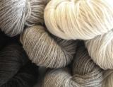 Ett härligt mjukt lammullsgarn i naturfärgerna vitt, grått, brunt och fårsvart som är en djupt mörkbrun färg