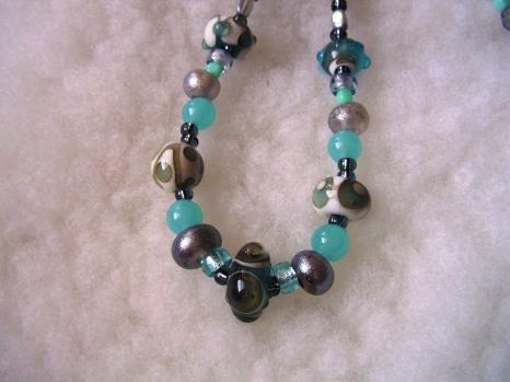 Halsband med handgjorda pärlor i turkost